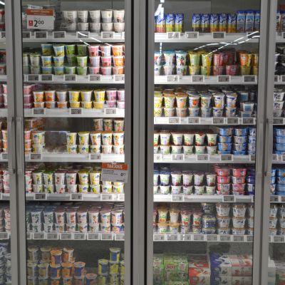Yoghurtar i ett kylskåp.