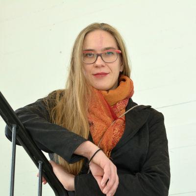 Nana Blomqvist i en trappa
