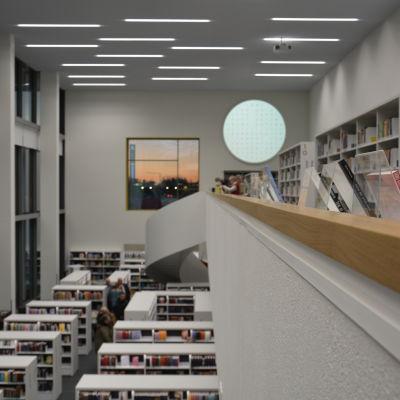 Böcker, trappräcke och stort fönster.