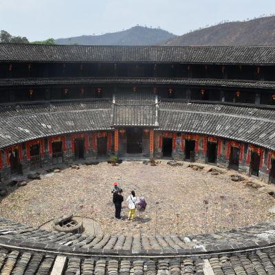 Meizhou bebos av en folkgrupp som heter hakka. En del hakkabyar består av enbart en byggnad som är konstruerat som ett fort, här som en cirkel.
