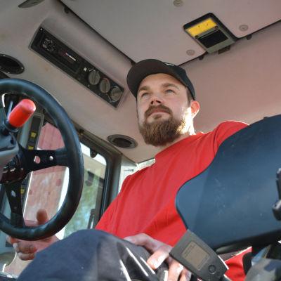 Kristoffer Nilsson i sin traktor