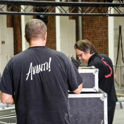 Teknikerna jobbar i Konstfabriken inför konserten