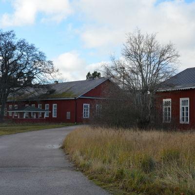 Två stora röda fastigheter på Örö.