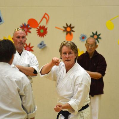 Marie Kellett instruerar människor i karate i Vörå.