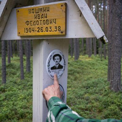 Kalle Lahtis bild finns på en minnesplatta i Krasnyi bor, en av avrättningsplatserna 1937-38.