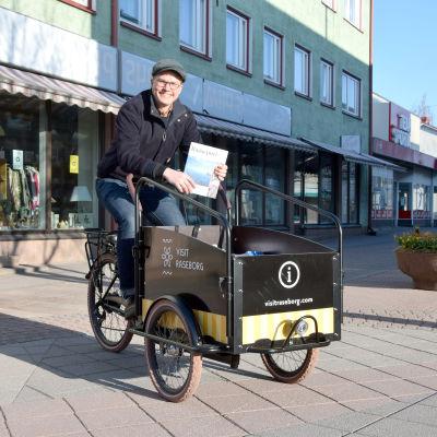Ville Vuorelma sitter på turistinfocykeln.