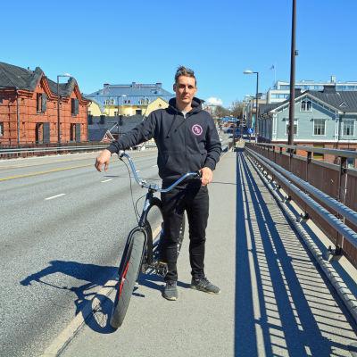 Patrik Björkman med sin cykel på Mannerheimgatans bro.