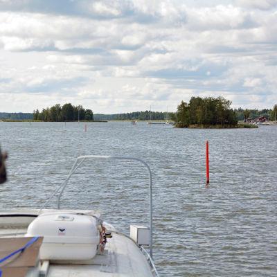 Ser utsikten från en båt på havet utanför Borgå.