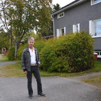Rafael Palm vid sitt hus i Vasa.