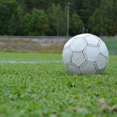 Fotboll på gräsplan.