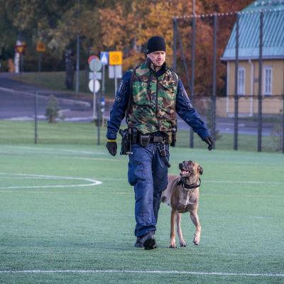 Polis och polishund på sportplan