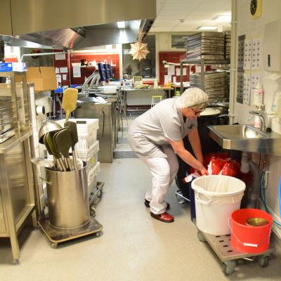 Agneta Lindroos sätter plast i plastinsamlingen i Karis centralkök.