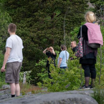 Katsojia kalliolla taitolentoryhmä Midnight Hawksin lentonäytöksessä, Helsinki, 4.6.2020.