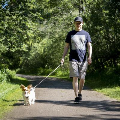 Joni Savolainen ulkoiluttaa koiraansa Almaa.