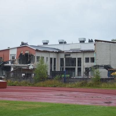 Aleksis Kiven koulu med ett stort hålk i väggen.