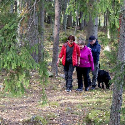 Heidi Koivunen, miehensä Rauno ja opas retkellä