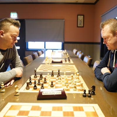 Vicotr Wilson och Jimmy Wikman spelar schack.