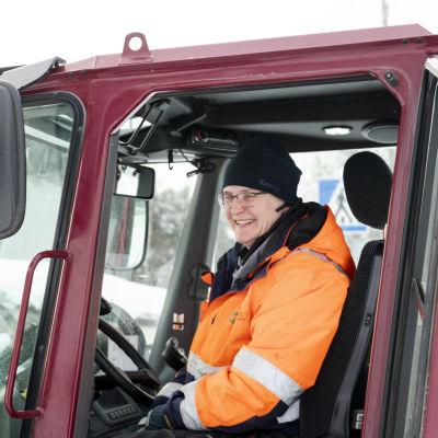 Pia Heikkinen hymyilee lumiauransa hytissä.