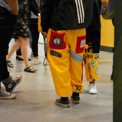 En gul studentoverall.