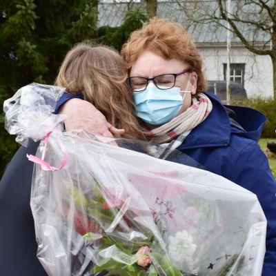 Tuula Vätti halaa Laura Toivosta.