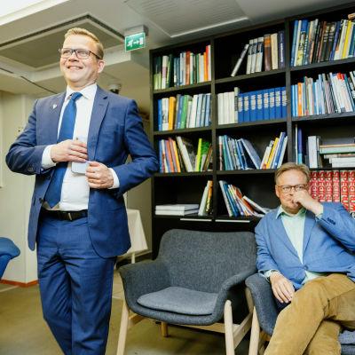 Petteri Orpo ja Juhani Vartiainen Kokoomuksen puoluetoimistolla.