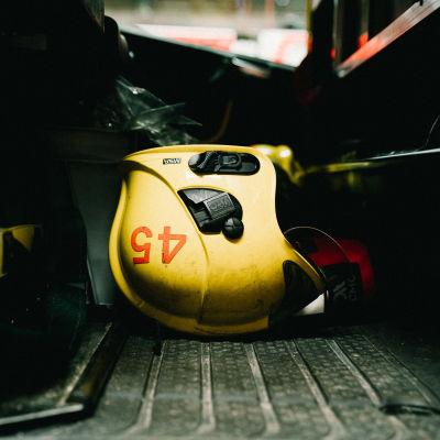Brandhjälm på golvet i en brandbil.