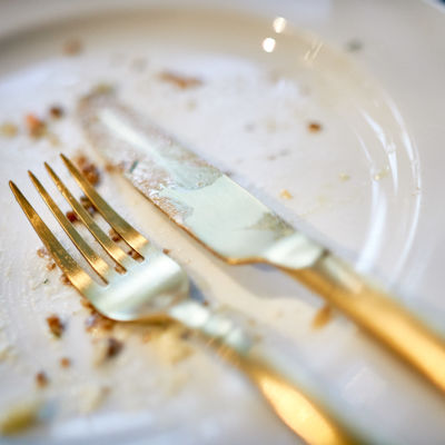 Tyhjäksi syöty lautanen ja aterimet.