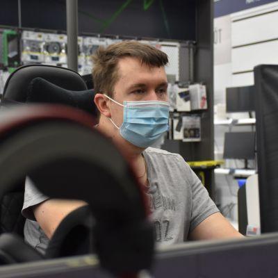 Porilainen Teppo Hynnä pelaamassa tietokoneella.