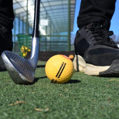 Golf-rangella Porin Kalafornian golfkentällä.