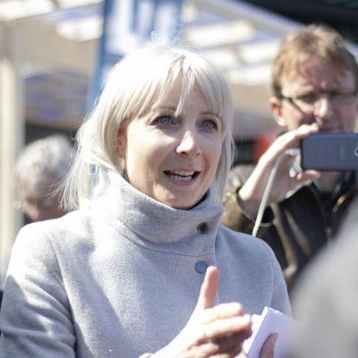 Laura Huhtasaari tapaa ihmisiä Eurooppa-päivässä Narinkkatorilla