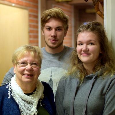 Rosa Malm, Linus Mäkelä och Elsa Colérus gruppfotograferade i en korridor.