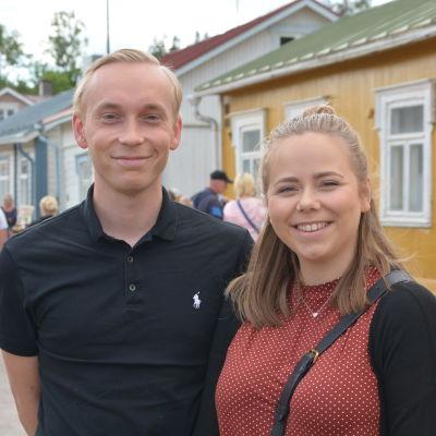 Ett par står och ler i Lovisa gamla stad där de just köpt ett hus.