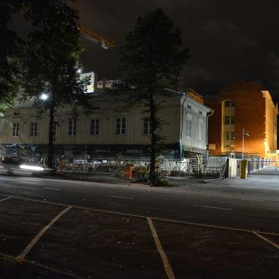 Trähuset på Allégatan 7 har flyttats tillbaka till sin ursprungliga plats.