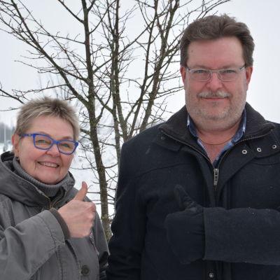 Kvinna och man som ger tummen upp och ser glada ut.