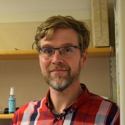 Henrik Palmén bor på hyra i Helsingfors.