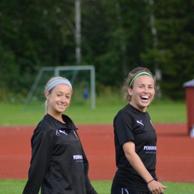 Allie Stephenson och Chelsy Swackhamer på Myrans träning.