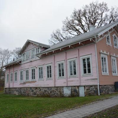Baksidan av Gamla Kommunalstugan i Pargas.