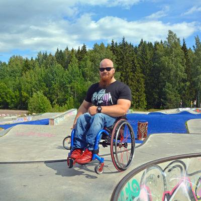En rullstolsburen man i en skatepark.