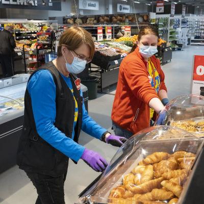 Sanna Viita myymäläpäällikkö sekä Tiina Vastamäki apulaismyymäläpäällikkö
