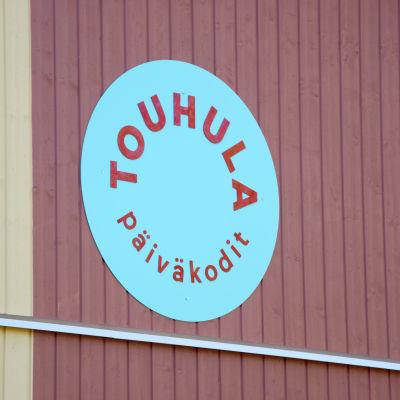 Bild på en skylt där det står Touhula päiväkodit