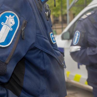 Närbild av två poliser