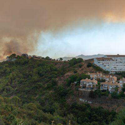 Skogsbränder som rasar på spanska solkusten i närheten av flera byar.
