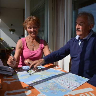 Millamaria och Peter Edén tittar på en karta.