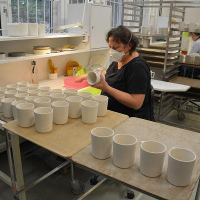 Sonja Evertson tillverkar muggar hos Vaja i Borgå