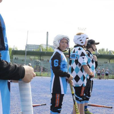 Kajaanin pallokerhon GF-junioreiden Kiira Sirviö odottaa omaa lyöntivuoroaan Kajaanin Naperoleirin kisassa.