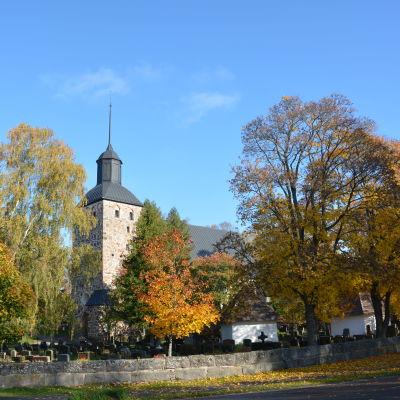 Korpo kyrka inbäddad i vackra höstfärger.