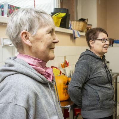 Eeva Huuskonen ja Merja Vehviläinen auttamassa ruuanjako tilaisuudessa Suonenjoella