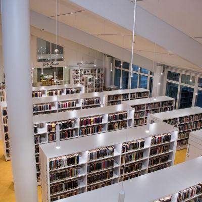 Sibbo huvudbibliotekets hyllor