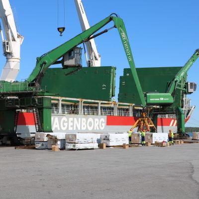 Ett fartyg i Kaskö hamn lastas med sågat virke.