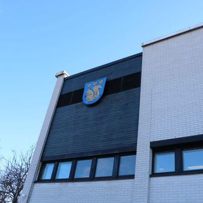 Fasaden av Grankulla stadshus.